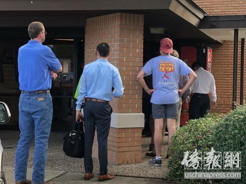 中国侨网11月6日早上,投票站刚开门的那一会儿是当天的笫一波投票高峰,排队的人群已经站到建筑物门外。(图源:侨报记者陈琳摄)
