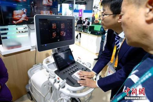 中国侨网11月6日,彩超设备亮相进博会医疗器械及医药保健展区飞利浦展台,吸引观众驻足。11月5日,首届中国国际进口博览会在上海开幕,来自130多个国家和地区的3000多家企业前来参展。中新社记者 富田 摄