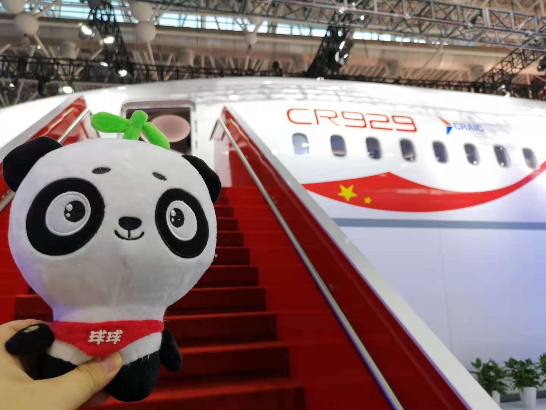现场体验中俄合研大飞机CR929样机 可为手机无线充电