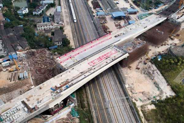 """国内转体角度最大跨高铁桥梁成功""""合体"""""""