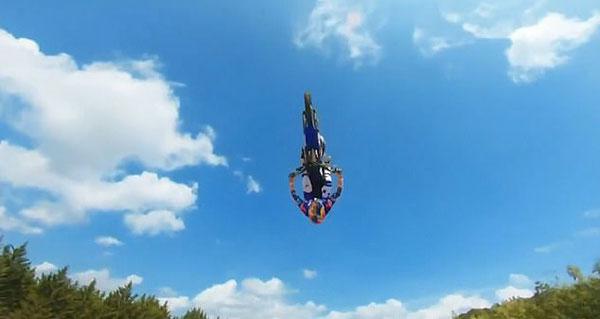 西班牙摩托车锦标赛开锣 法选手表演高难度空翻