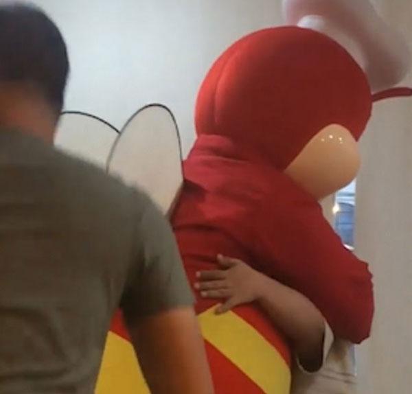 暖心!菲餐厅吉祥物发现残疾男孩独自用餐给予拥抱