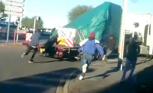 法国数百非洲难民极速追赶搭乘卡车企图偷渡入英