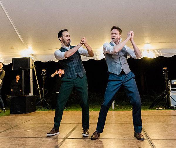 美同性恋新人婚礼上精彩演绎双人舞走红网络