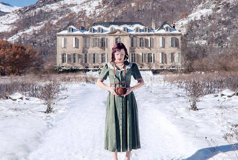 英摄影师拍摄废弃建筑系列作品 女友担任模特