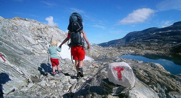 挪威一失业父亲携幼女户外探险亲近自然