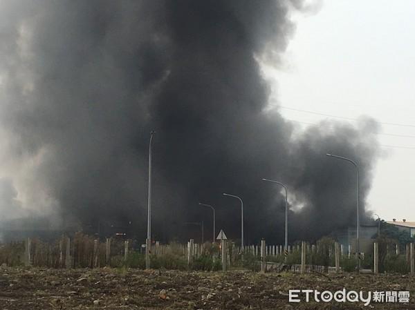 新北一铁皮工厂发生大火 浓烟漫天燃烧1个多小时