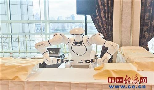 人工智能为进博会增智添彩 随处可见机器人身影