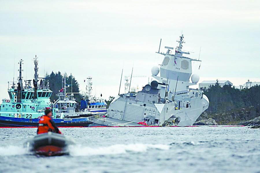 挪威护卫舰撞上油轮遭重创 紧急抢滩搁浅避免沉没