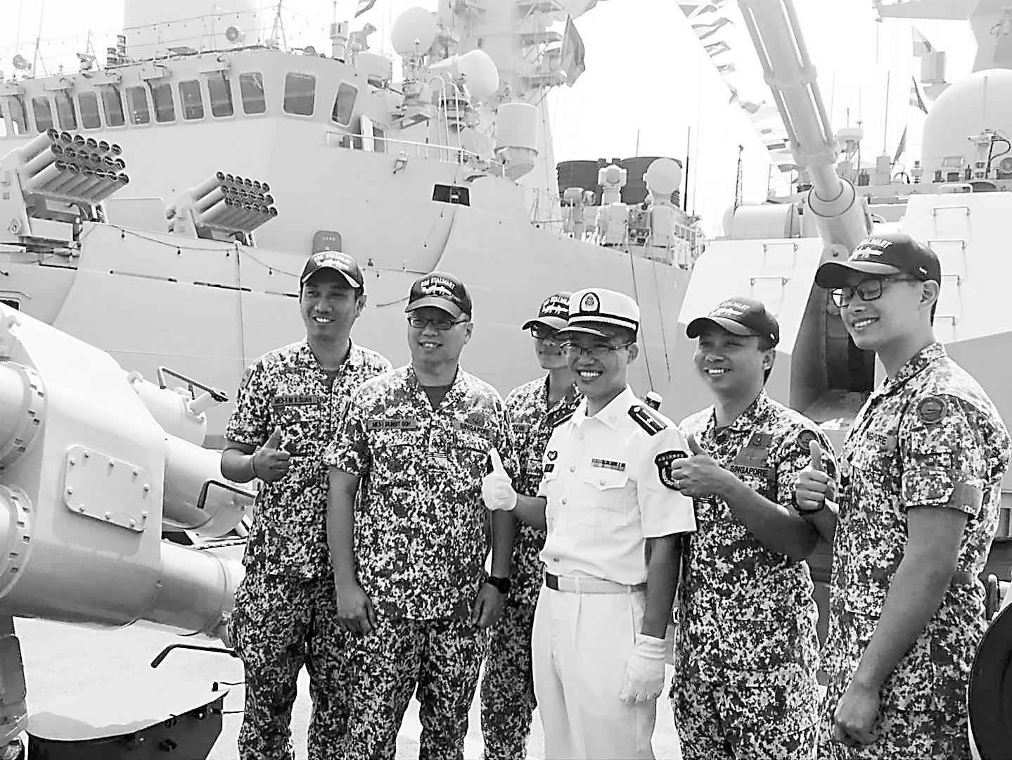 在南海演习场看中外军人互动 中国和东盟关系提质升级