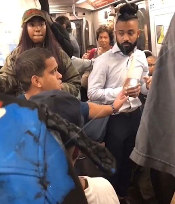 纽约地铁两侏儒男以被偷拍为由攻击另一男子