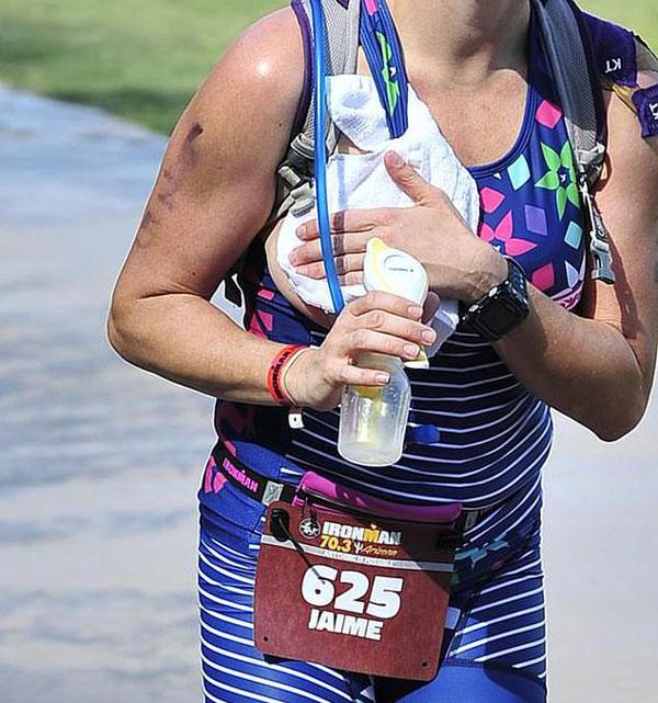 美国一母亲铁人三项比赛中背吸奶器吸奶获赞