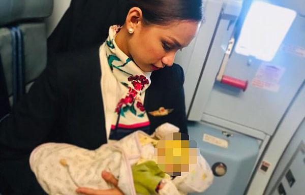 人美心善!菲律宾空姐母乳喂养飞机上陌生哭泣婴儿