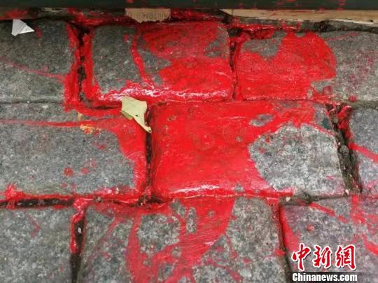 """哈尔滨中央大街门楼被泼红漆 百年""""面包石""""遭破坏"""
