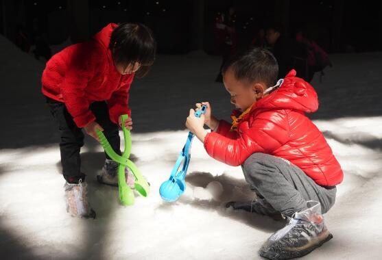 景区20度天气玩造雪 重庆景区雪仗已开打