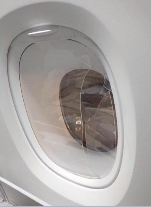 韩裔美籍男子问空姐要酒喝 被拒后砸碎机舱玻璃