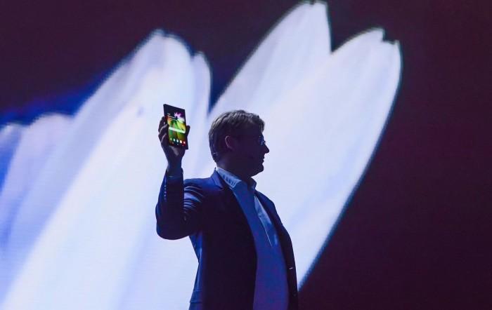 三星可折叠智能手机问世 很革命但疑问也不少
