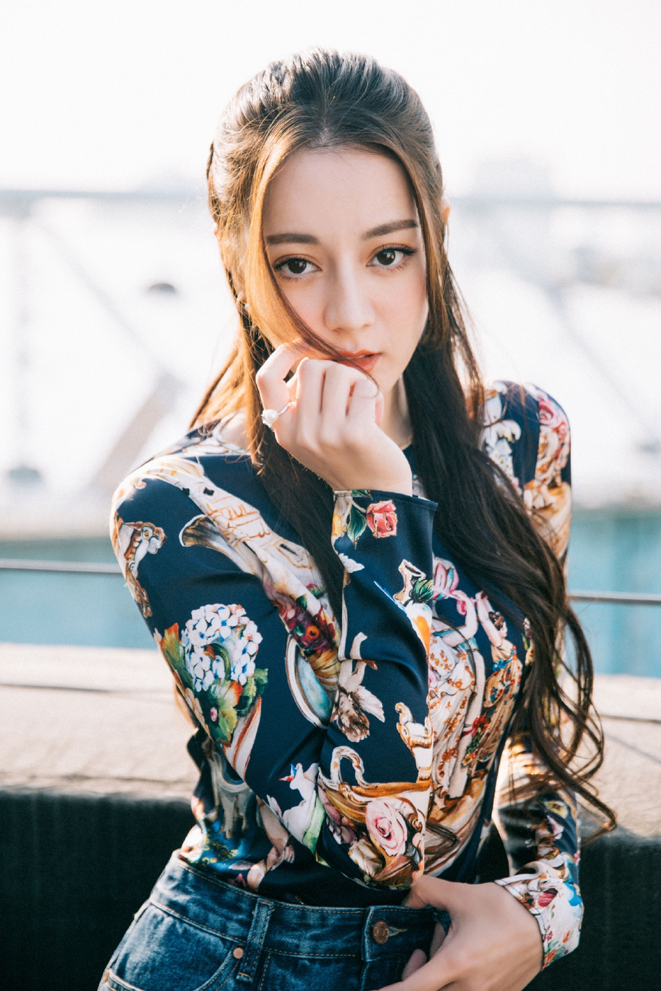 """热巴印花上衣配鱼尾裙优雅俏皮 s型曲线秒变""""小腰精"""""""