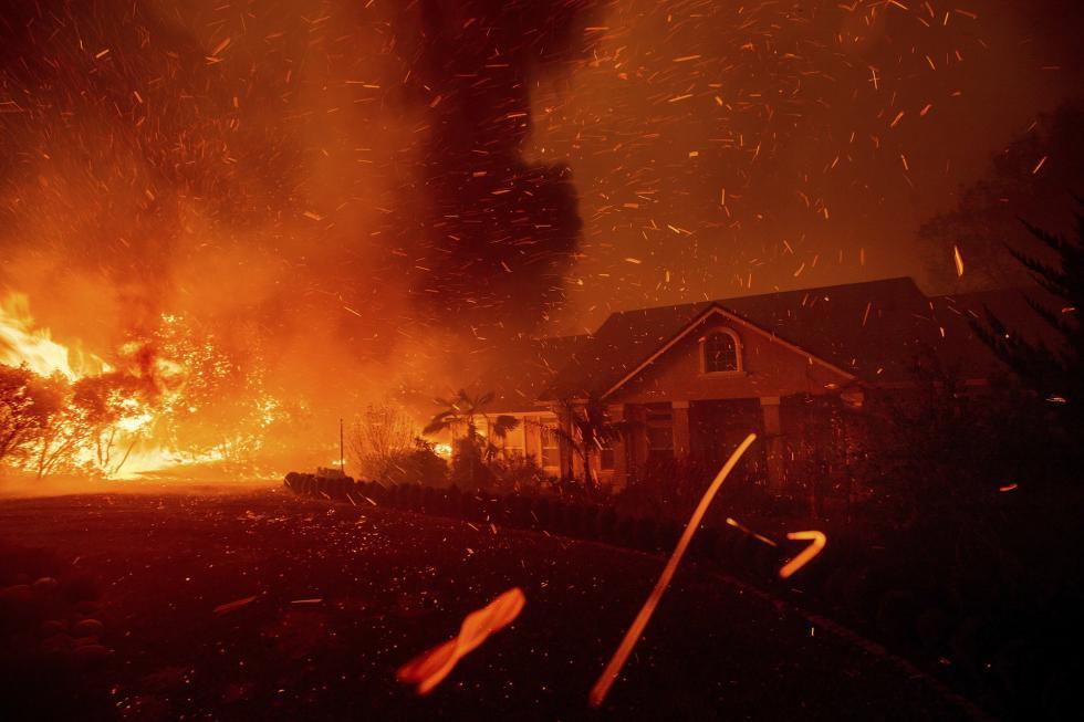 美国加州天堂镇大火:2万余人疏散,上千房屋烧毁