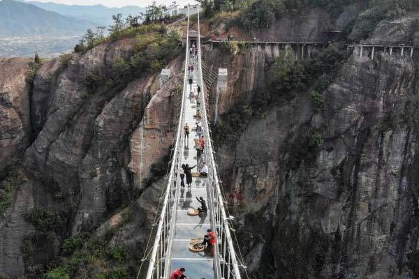 湖南平江举办高空玻璃桥集市 购物者需勇气