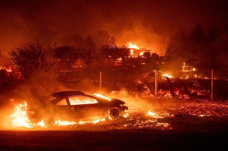 加州大火造成9人死亡,数万人被迫逃离(图)