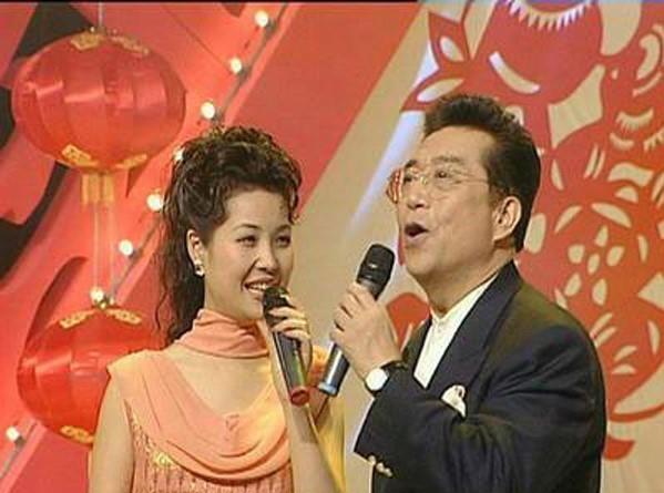79岁李双江的小27岁娇妻梦鸽近照!丈夫担任捞金,妻子担任貌美!