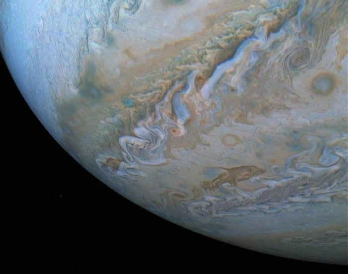 """NASA""""朱诺号""""探测器发布罕见的木星新照片 旋涡状云层出现一个跃升的海豚"""