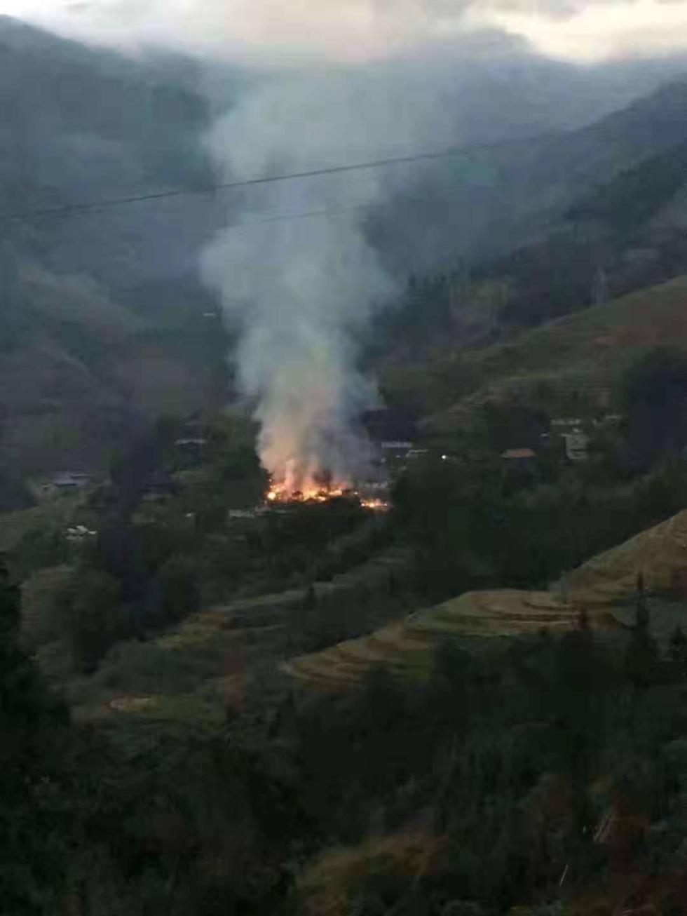 桂林龙胜一村寨今天凌晨突发大火,消防和村民合力扑灭