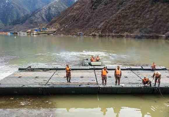 金沙江堰塞湖水位仍在上涨 施工人员实施泄流槽开挖作业