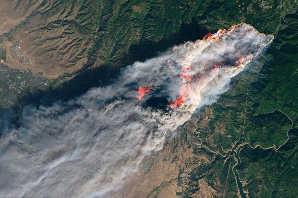 美国加州山火死亡人数升至23人 NASA公布大火卫星照片