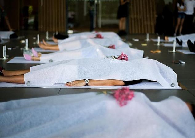 """新加坡大学生集体躺地""""办葬礼"""" 教授:要学习直面死亡"""