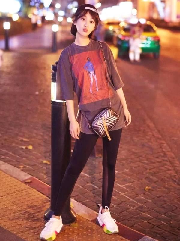 """杨紫怎么了?竹竿腿瘦到不敢认,脚下的""""彩虹鞋""""吸睛"""