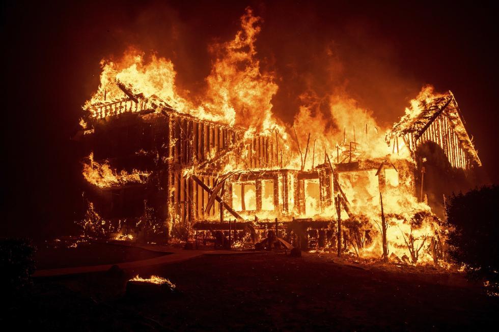 美国加州山火已致11人死 20万人紧急逃离