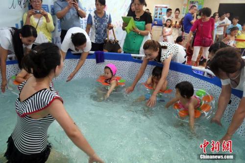 婴儿游泳馆经营不善跑路 消费者喊退钱