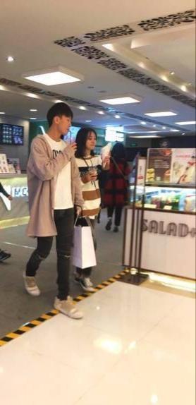 网友偶遇郑爽带男友和替身逛商场
