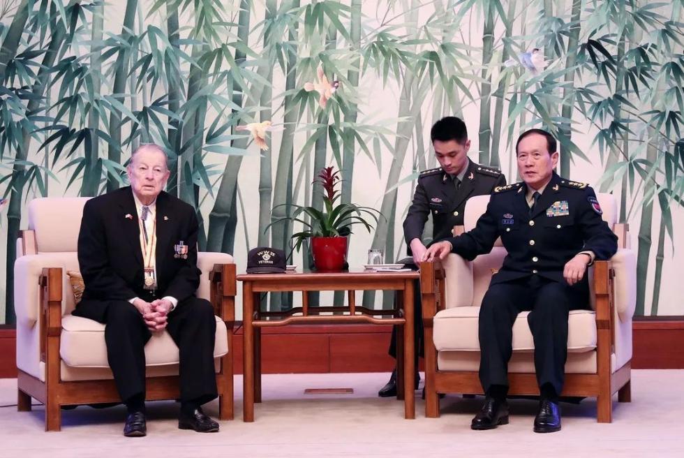 魏凤和会见美军二战老兵及亲属