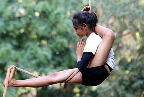 印度学生表演空中瑜伽 庆祝儿童节到来