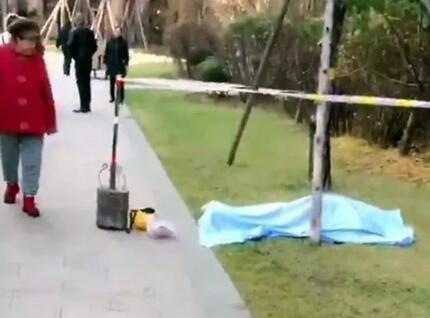 不幸!哈尔滨一送餐员在小区内突然倒地身亡,现场发现一顶黄色头盔!