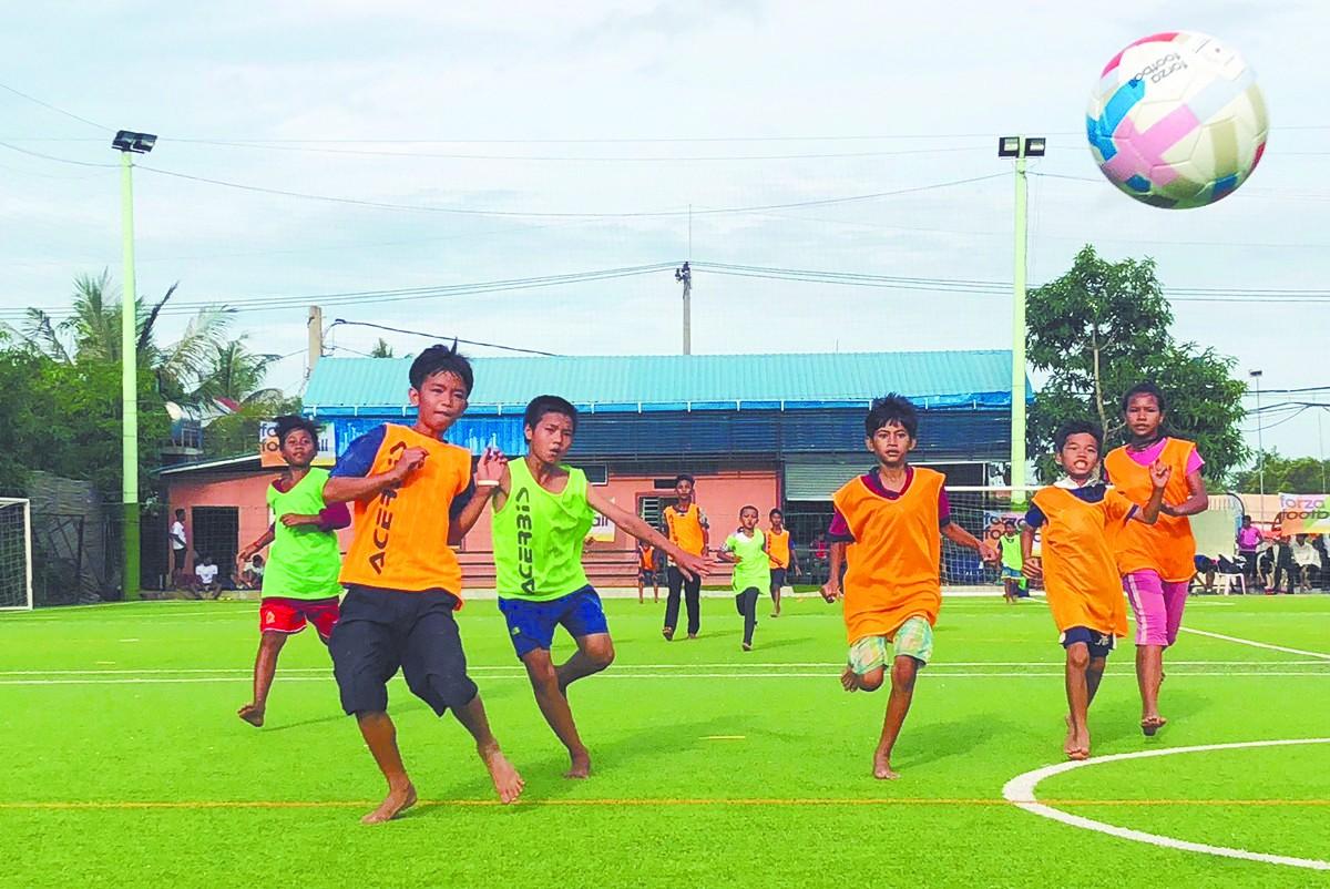 柬埔寨孩子爱穿足球服