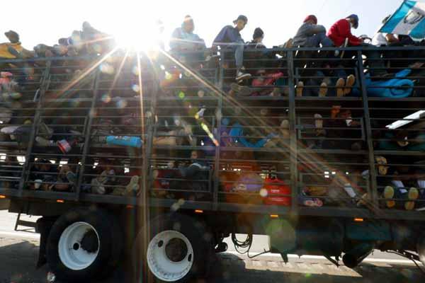 """中美洲移民乘""""大篷车""""前往美国 卡车上下四层挤满人"""