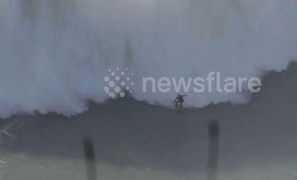 澳冲浪者挑战18米高巨浪 身体失控被吞噬