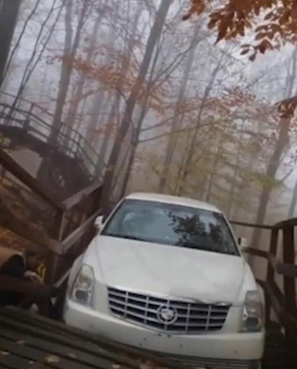 玩大了!加男子开车上木桥致步道塌陷进退两难