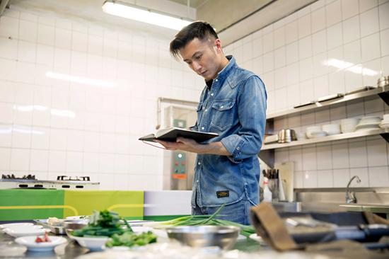 Nicholas Tse uses food to share his heart.