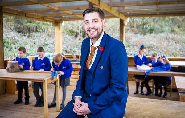 英年轻校长任职4年使全英最差小学改头换面