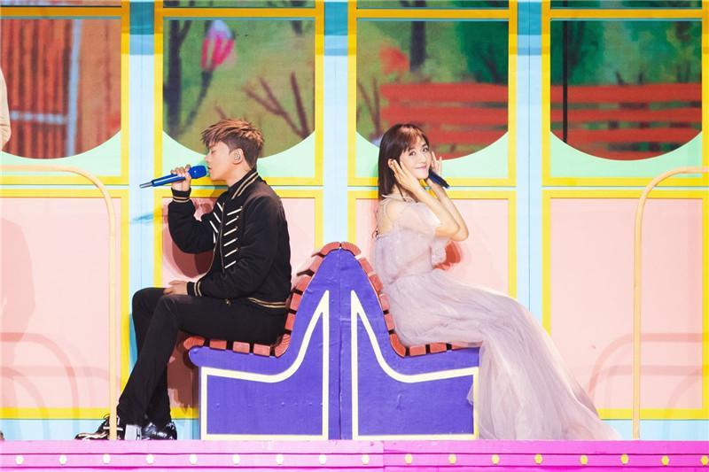 谢娜与张杰深情献唱 甜蜜示范这就是爱