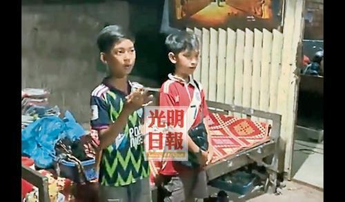 两兄弟在接受访问时以流利的中文对话。(马来西亚《光明日报》)