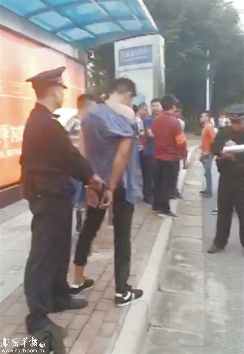 醉酒男欲临时下公交遭拒 踢车门跳窗后被乘客追回