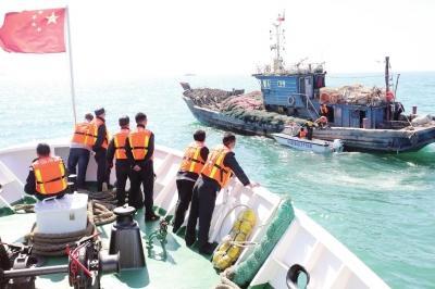 山东荣成海域频现外省籍渔船地笼作业:执法人员一举查扣三艘