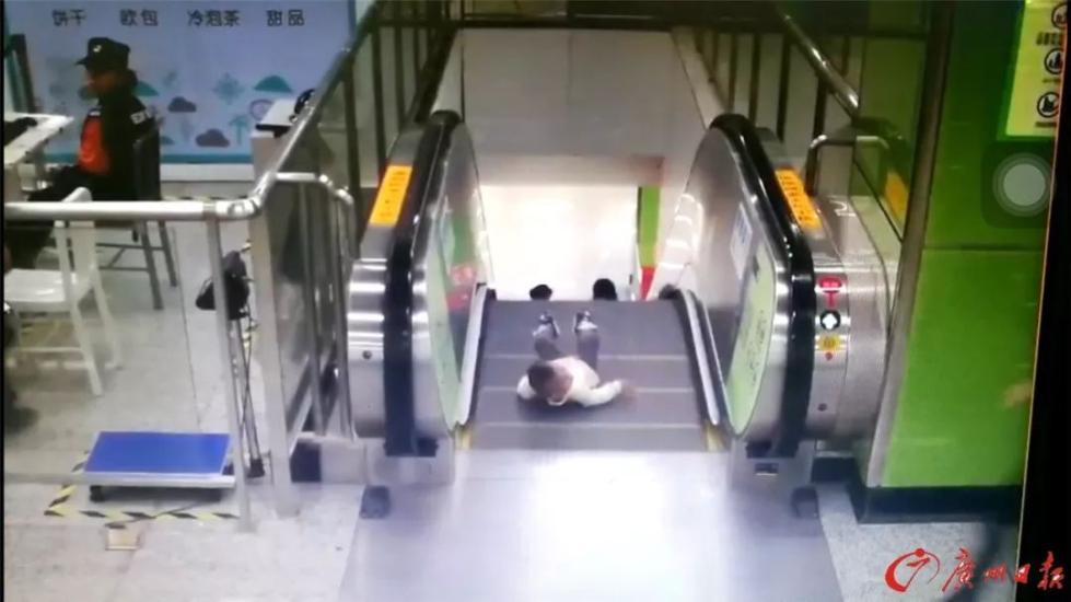 男童差1秒即从电梯坠落 小姐姐一个冲刺抱起了他