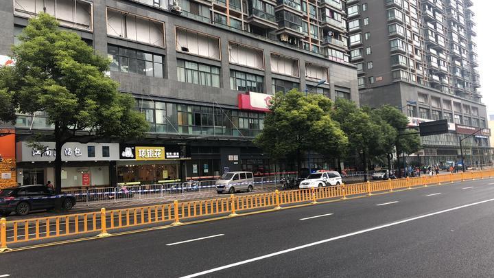 杭州两女子被砍一人怀孕向保安求助 行凶者被控制